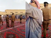 وسط الأغنيات والرقصات.. شاهد رجال الأمن يحتفلون بالعيد مع نزلاء السجن بطريقة مثيرة