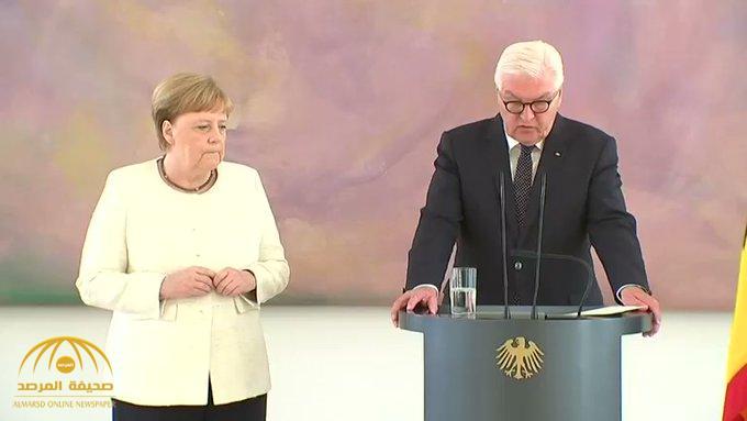 """شاهد .. """"إنغيلا ميركل"""" تدخل في رعشة غريبة للمرة الثانية … ماذا يحدث للمستشارة الألمانية ؟"""
