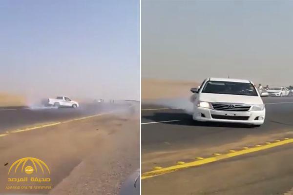 بالفيديو .. شبان يمارسون التفحيط بسيارات بدون لوحات على طريق سريع بجازان