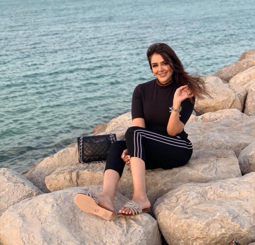 """صور وفيديو  : مذيعة كويتية تكشف عن وجهة نظرها لعدم ارتداء الحجاب : """"الحجاب مو حجاب الشعر""""!"""
