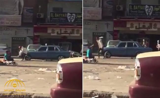 شاهد .. فيديو صادم لثلاثة ملثمين يمزقون رجلاً بالسيوف أمام المارة في مصر