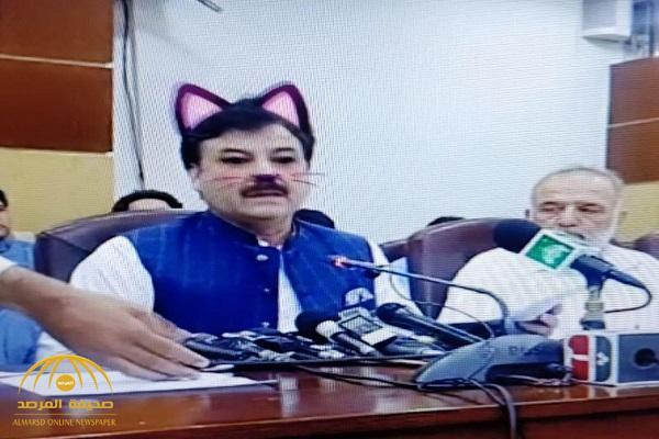 شاهد .. وزير باكستانى يتعرض لموقف محرج خلال مؤتمر صحفى على الهواء