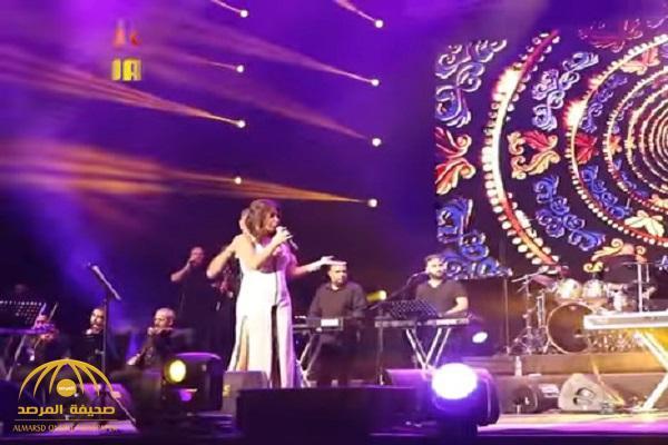 """"""" شو بيكن """" .. شاهد : إليسا تفقد أعصابها وتصرخ في وجه الفرقة الموسيقية في مهرجان """"موازين"""" المغربي"""