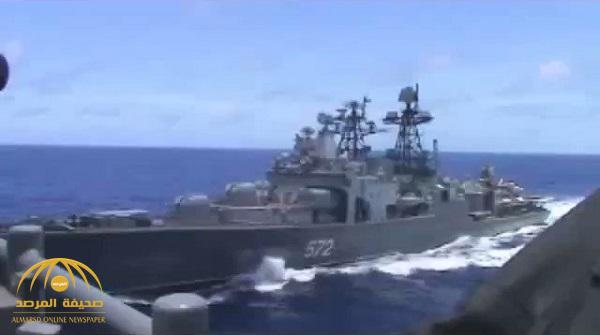 بالفيديو : سفينة حربية أمريكية تغير مسارها وتتجه نحو مدمرة روسية .. وهذا ما حدث قبل الاصطدام بـ 50 متراً