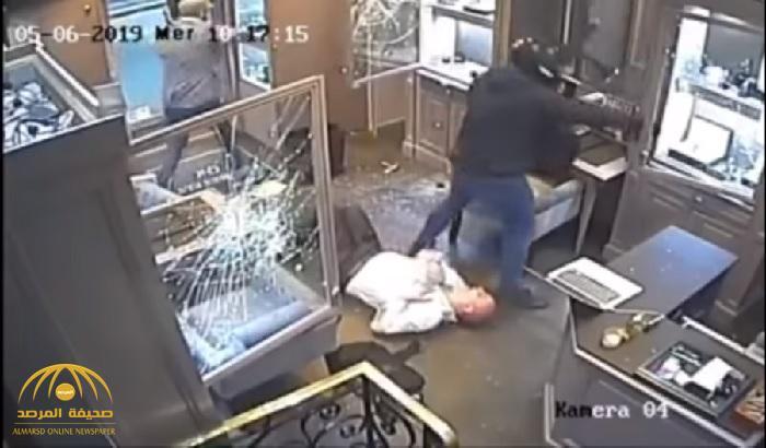"""أوهماه بأنهما زبونين.. شاهد: سطو مسلح في وضح النهار على محل مجوهرات يملكه """"يهودي"""" في باريس"""