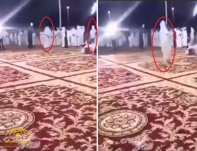 """بالفيديو : والد عريس يطرد شاباً أطلق النار في حفل زفاف ابنه بـ""""نجران"""""""