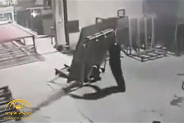 مشهد مفزع.. نهاية كارثية لعامل حاول جر حمولة ثقيلة! – فيديو