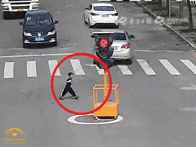 شاهد بالفيديو.. قصة مؤثرة ورحلة خطيرة لطفل صيني حمل إناء لبن لمسافة 3 كيلومترات!