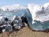 """كأنه وحش يزحف على الرمال.. شاهد: """"تسونامي جليدي"""" يضرب شواطئ سيبريا في روسيا"""
