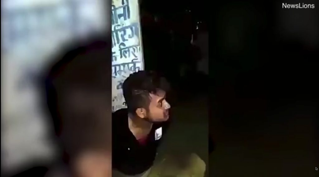 """شاهد.. """"هندوس"""" يسحلون شابا مسلما حتى الموت بعد اتهامه بالسرقة !"""