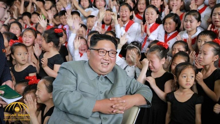 سر بكاء الفتيات الصغيرات في هذه الصورة أثنا جلوس زعيم كوريا الشمالية مبتسما في وسطهن !