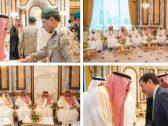 شاهد بالصور.. خادم الحرمين يستقبل المهنئين بعيد الفطر المبارك