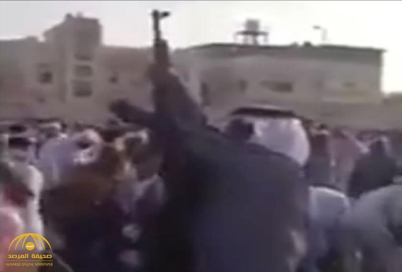 """المرصد تكشف حقيقة فيديو  """"مطلق النار"""" بعد خطبة صلاة العيد .. وتؤكد المقطع قديم!"""