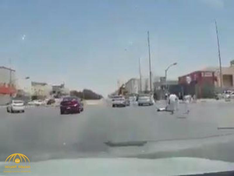 شاهد.. سيارة مسرعة تدهس طفلا أمام إشارة مرور.. وأحد أقاربه يكشف مصيره!