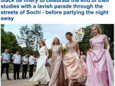 شاهد بالصور : فتيات حسناوات يحتفلن بتخرجهن بعرض أزياء في روسيا