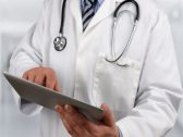 """تقريران متناقضان.. زوج مواطنة يروي تفاصيل تعرضها لخطأ طبي في مستشفى بالمدينة.. ومفاجأة لـ """"الطبيبة"""" بعدما حاولت التهرب!"""