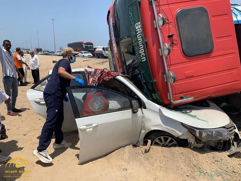سحبتها 20 مترًا قبل أن تنقلب فوقها.. شاهد: شاحنة تسحق مركبة في جدة وكشف مصير شابين كانا يستقلانها