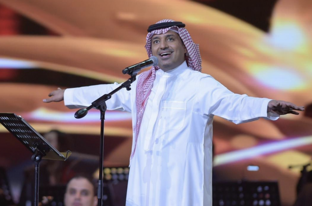 """شاهد.. تفاعل الجمهور مع راشد الماجد في حفل جدة.. وهتافات """"عاش سلمان"""" تهز المكان"""