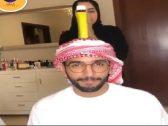 """شاهد .. الفنانة الإماراتية """"مشاعل الشحي """" تتحدى غطاء الزجاجة على رأس زوجها !"""