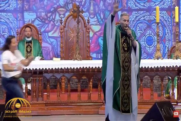"""بالفيديو: راهب يلقي موعظة على مسرح ويزعم  أن """"السمينات لا يدخلن الجنة"""" .. شاهد: ردة فعل فتاة سمينة!"""
