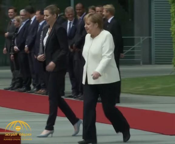 """""""ميركل"""" تخرق البروتوكول خوفًا من الرجفة.. شاهد ماذا فعلت أثناء استقبالها رئيسة وزراء الدنمارك؟"""