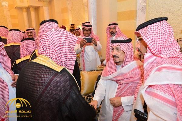 شاهد .. أبناء الأمير بندر بن عبدالعزيز يستقبلون المعزين في وفاة والدهم