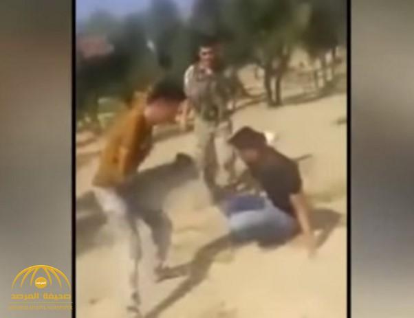 """لم يشفع لهم صراخهم وبكائهم.. شاهد: جنود أتراك يضربون نازحين سوريين بعنف بعد هروبهم من جحيم """"نظام الأسد"""""""