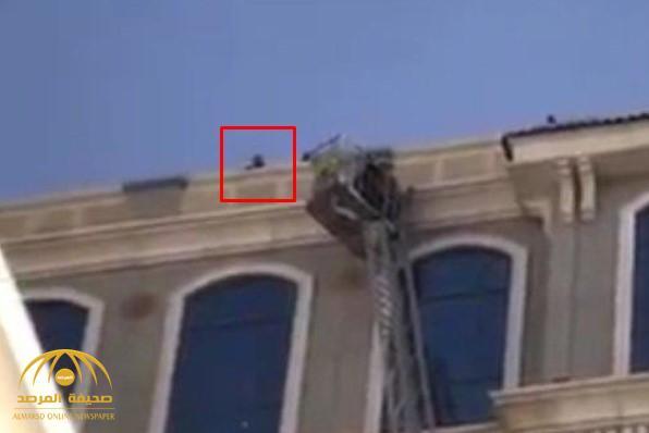 شاهد.. فتاة تحاول الانتحار من أعلى بناية مرتفعة في المدينة