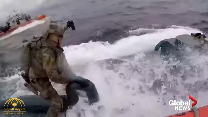 شاهد: خفر السواحل الأمريكي يطارد غواصة وسط البحر مليئة بالمخدرات ويصعدون عليها لإجبارها على التوقف !