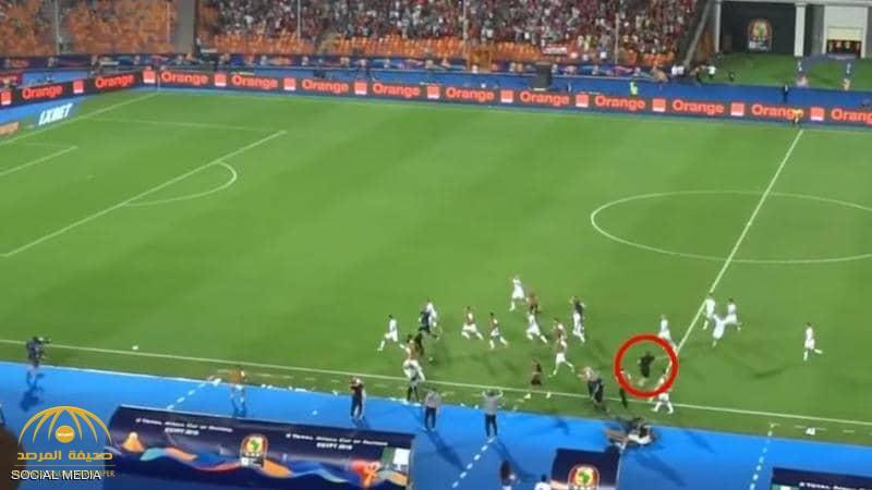 بالفيديو .. سر منع اثنين من لاعبي الجزائر من الاحتفال مع زملائهم بعد هدف التأهل لنهائي أمم إفريقيا !