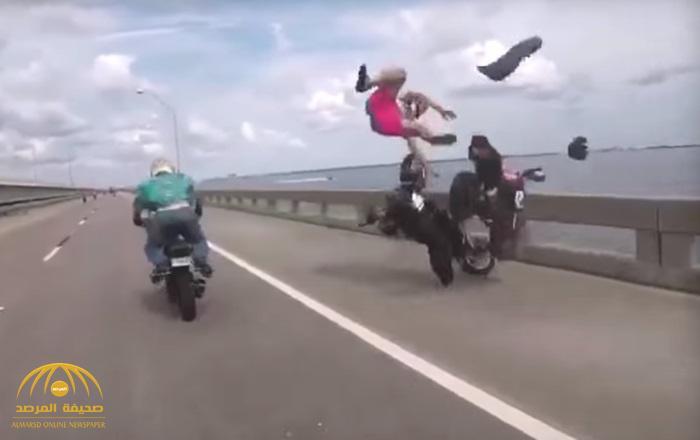 شاهد .. فيديو لحادث مروع وسائق الدراجة النارية يطير في الهواء