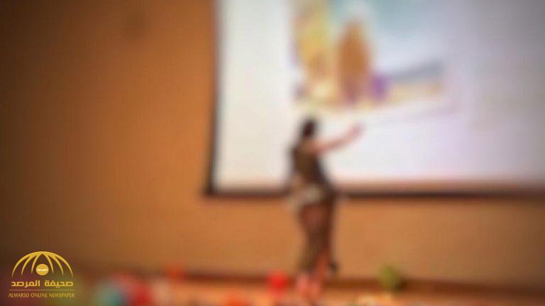 معلمة ترتدي بدلة رقص و تفاجىء طلابها بالرقص أمامهم  في مدرسة بأبوظبي !
