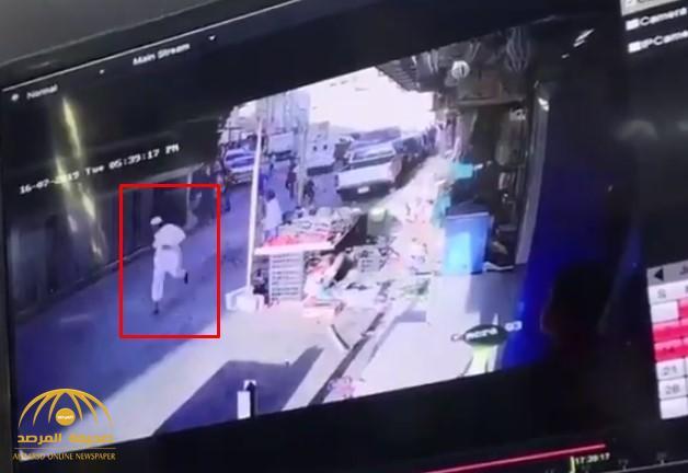 """هجوم بـ""""العصي"""" ورشق بالحجارة.. شاهد: اعتداء عمالة مخالفة على مراقبي البلدية في """"بطحاء الرياض"""""""