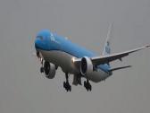 في تصرف غريب.. شاهد ماذا فعلت طائرة عملاقة قبل هبوطها في مطار بالسويد!