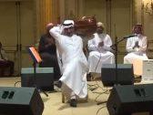 """شاهد : طريقة عزف غريبة لفنان على """"العود"""" .. و """"تركي آل الشيخ"""" يفاجئه بهذا الطلب"""
