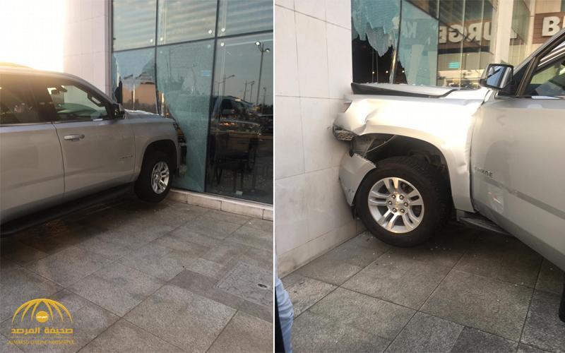 """شاهد صور: سيارة تحطم واجهة محل """"ستاربكس"""" بكورنيش جدة"""