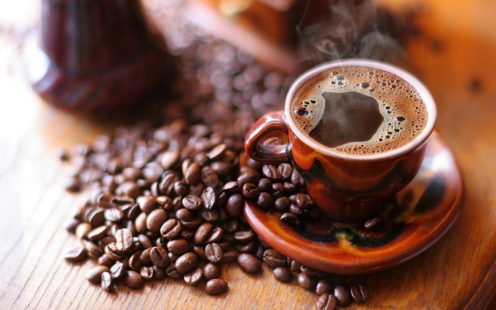فنجان قهوة يتسبب في طرد سائحين ألمانيين  من مدينة إيطالية بعد دفع غرامة كبيرة