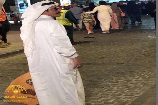 """شاهد .. شبيه """"طلال مداح"""" يظهر في شوارع جدة التاريخية ممسكاً """"العود"""" !"""