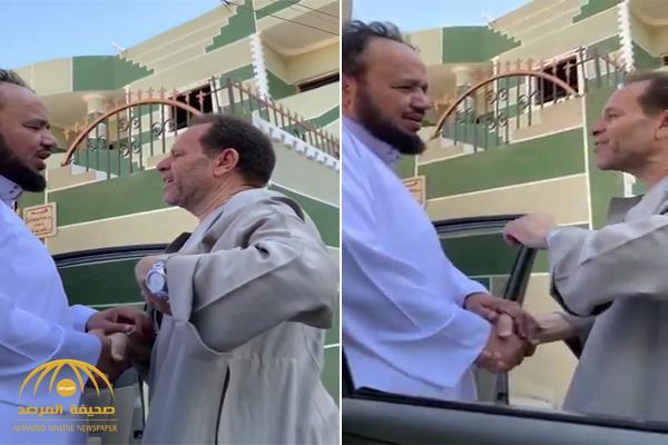 بعد غياب دام 20 عامًا .. معلم سعودي يفاجيء زميله المصري بزيارة في منزله.. شاهد ردة فعل الأخير!