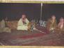 """قبل 43 عاما .. شاهد: صورة تاريخية تجمع 3 ملوك سعوديين والرئيس """"السادات"""" داخل خيمة بـ""""الرياض"""""""