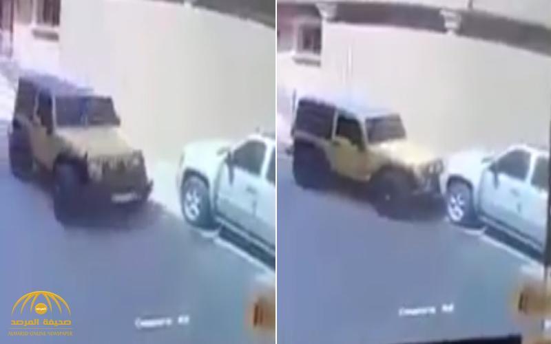 بالفيديو .. شخص يصدم سيارة عدة مرات متعمداً أمام منزل صاحبها بالمملكة