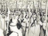 """من بينهم الملك سلمان.. شاهد: صورة """"نادرة"""" تجمع 5 ملوك سعوديين أثناء تأديتهم العرضة قبل 47 عاما"""
