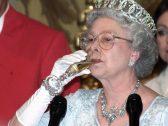ماذا تأخذ ملكة بريطانيا معها كإجراء احترازي أثناء رحلاتها حول العالم ؟