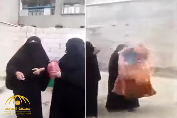 شاهد امرأة يمنية تحرق ملابسها والسبب مليشيات الحوثي شردوها من بيتها وسجنوا أبنائها