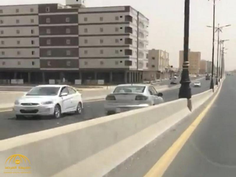 شاهد بالصور.. سيدة تعكس اتجاه السير أثناء قيادتها السيارة في تبوك.. وهكذا تعامل معها المرور!