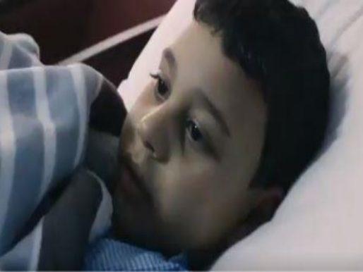 لست وحدك يا عبدالعزيز.. قصة طفل مصري فقد والديه في حادِث مأساوي بالمدينة؟! فيديو