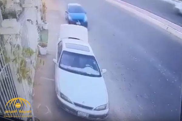 شاهد.. شاب ينجو من الموت المحقق بإعجوبة في حادث مروع بجدة!