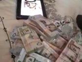 """شاهد: فتاة تطلب """"بدر آل زيدان"""" للزواج وترمي رزم من الأموال على صورته.. وتعلق: يا بدر أنت تسوى ملايين لا تردني!"""