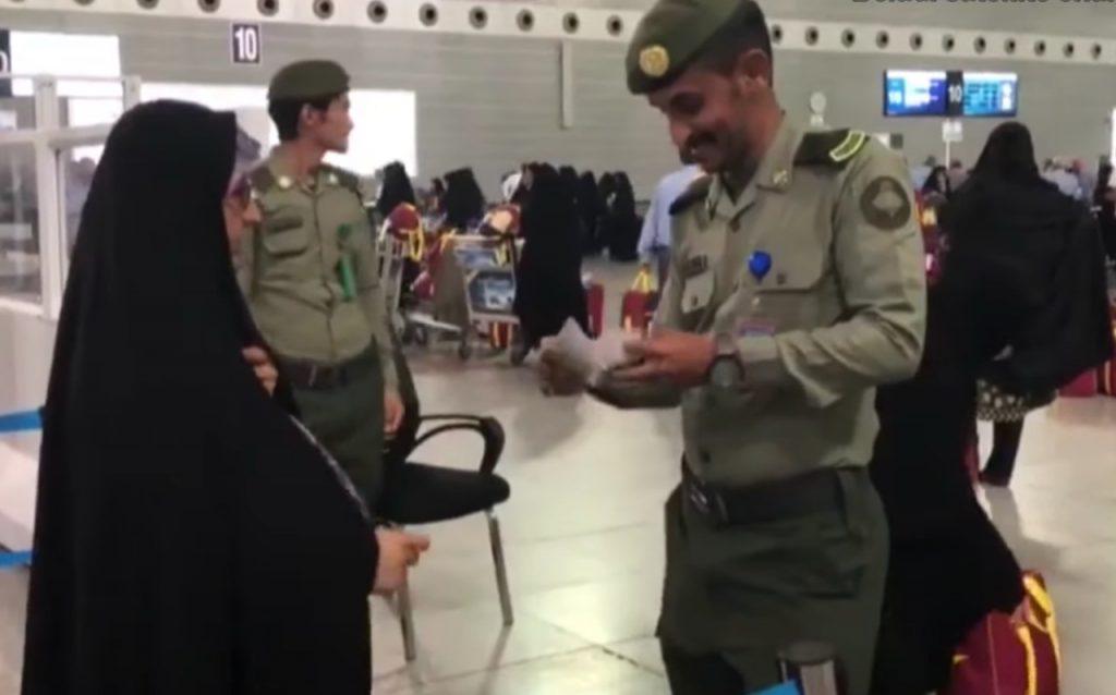 شاهد.. كيف استقبل أفراد من الجوازات السعودية الحجاج الإيرانيين في مطار جدة!