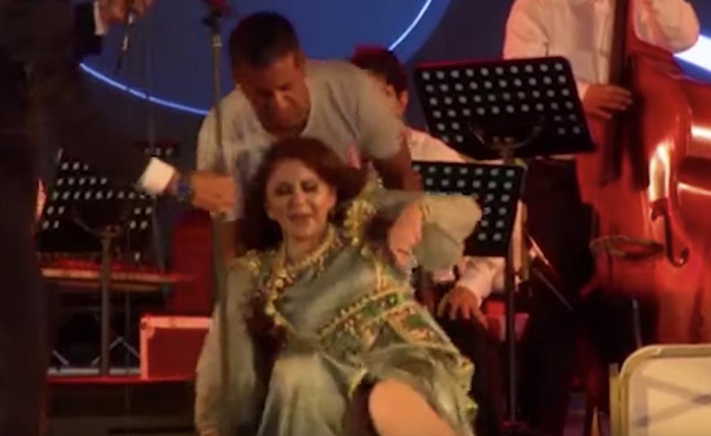 شاهد.. لحظة سقوط المطربة السورية ميادة الحناوي على خشبة المسرح بعد تعرضها للإغماء